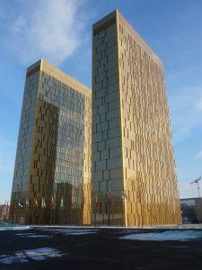 Българският отдел от юристи лингвисти се помещава на последните два етажа на първата златна кула.
