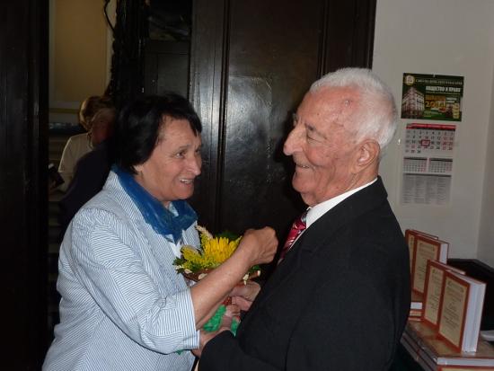 Конституционният съдия проф. Цанка Цанкова надъхва дългогодищния си приятел – юбиляра проф. Добри Димитров, да не спира да твори и след 85-тия си рожден ден.