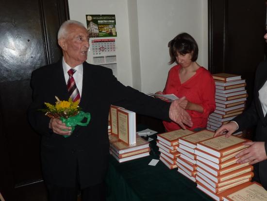 Домакинът проф. Добри Димитров е ларж - разпореди сборникът в негова чест да се подарява на гостите му.