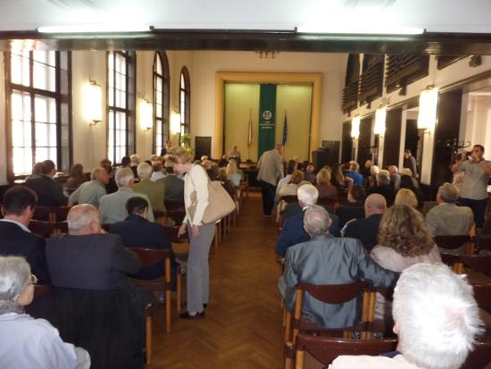 Залата на Съюза на юристите в България (СЮБ) бе изпълнена до краен предел.