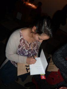 """Раздаване на автографи при представянето на """"Прекарване на времето""""."""