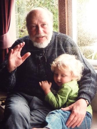 Атанас Славов с един от внуците си Греъм (кръстен на приятеля на Славов – Греъм Грийн), който поради избора на родителите си живее и до днес в САЩ