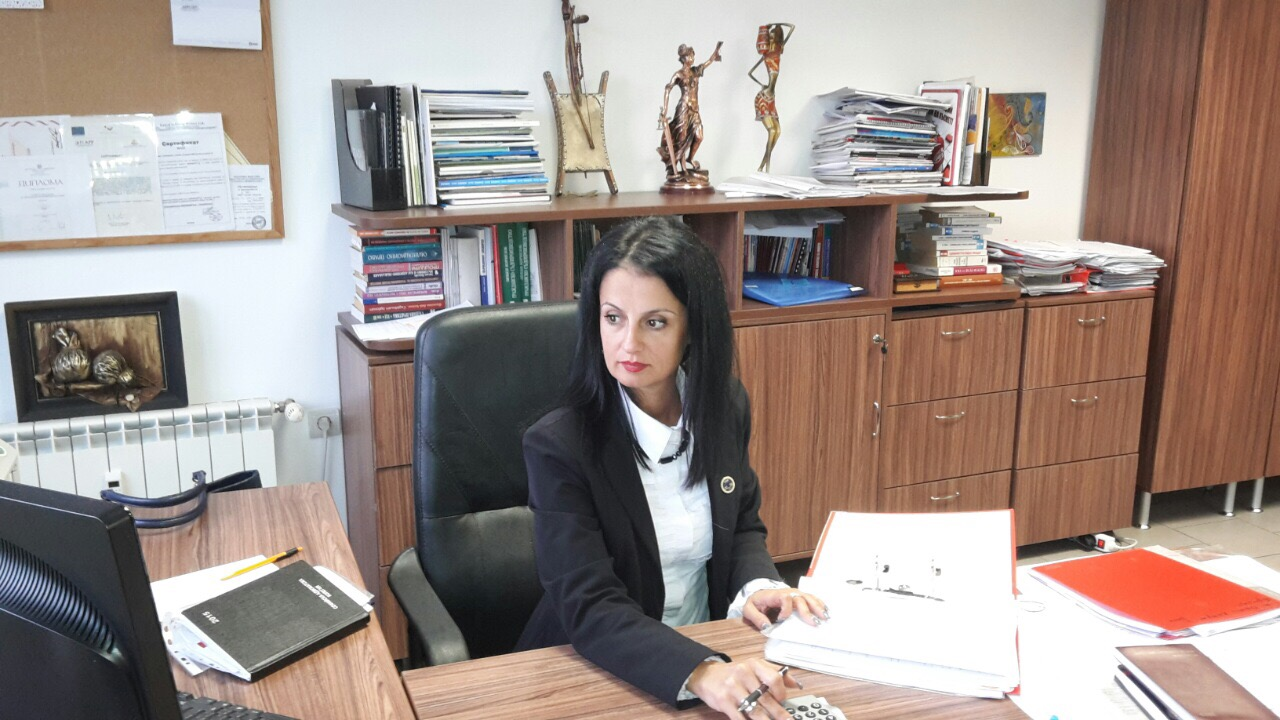 """Адвокат Райна Аврамова-Еланджиева е един от номинираните кандидати за председател на Софийската адвокатска колегия, които предстоят на 30 януари 2016 г.  За разлика от повечето й претенденти, тя няма предизборен щаб и """"претенциозна"""" листа с кондидати за управленските органи на столичната адвокатура. В гилдията е от  2000 г. Работи в сферата на:семейно и наследствено право, вещно право, облигационно право, обезпечения, трудово право, търговско право, право на юридическите лица с нестопанска цел и корпоративни клиенти пред всички инстанции. Владее английски и руски език."""