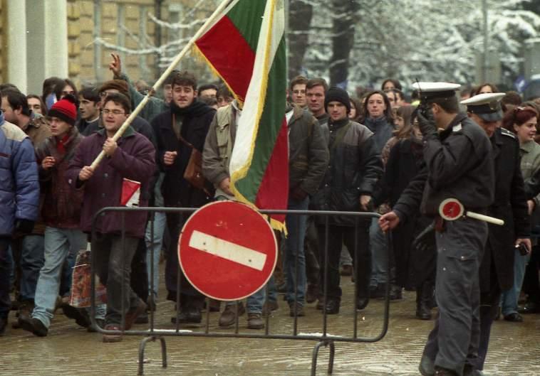 За обикновения българин демократичният преход се оказа еднопосочен